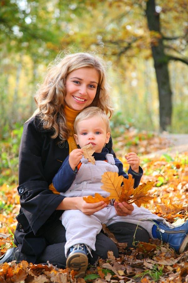 秋天森林母亲儿子 免版税库存图片