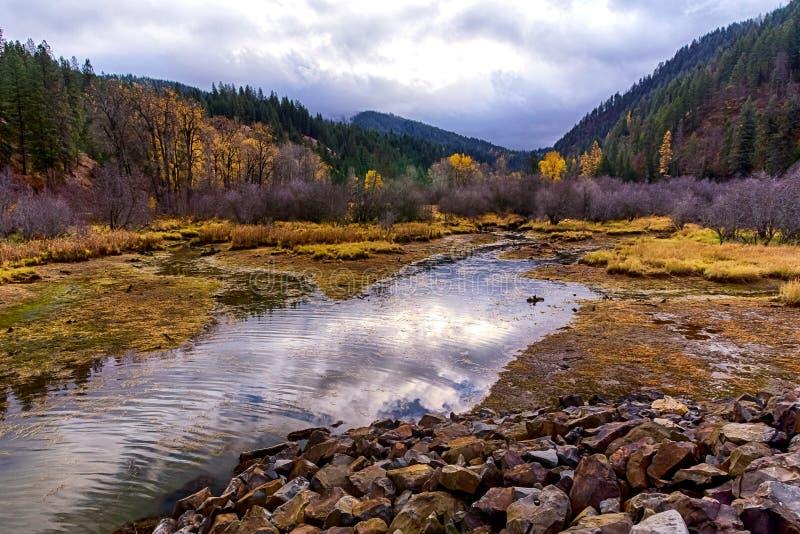 秋天横向 水小河、小山和天空反射 库存图片