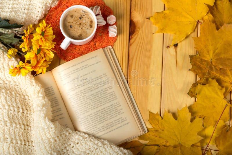 秋天浪漫史 书、花和芳香热奶咖啡 免版税库存图片