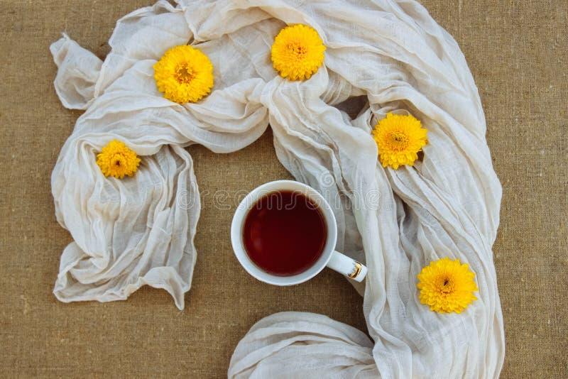 秋天温暖,花卉和温暖的茶 免版税库存照片