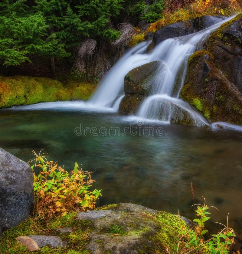 秋天瀑布, Mt 更加多雨的国家公园,华盛顿州 免版税库存照片