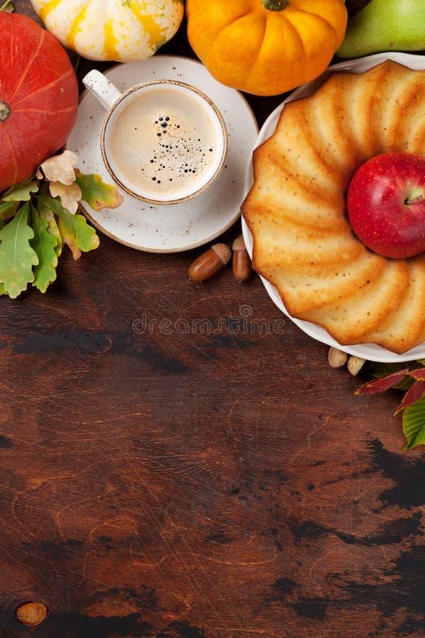 秋天用南瓜、咖啡和蛋糕 图库摄影