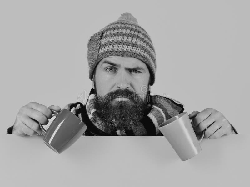 秋天病症和流感概念 温暖的帽子的人 免版税库存图片