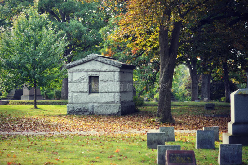 秋天的公墓 免版税库存图片
