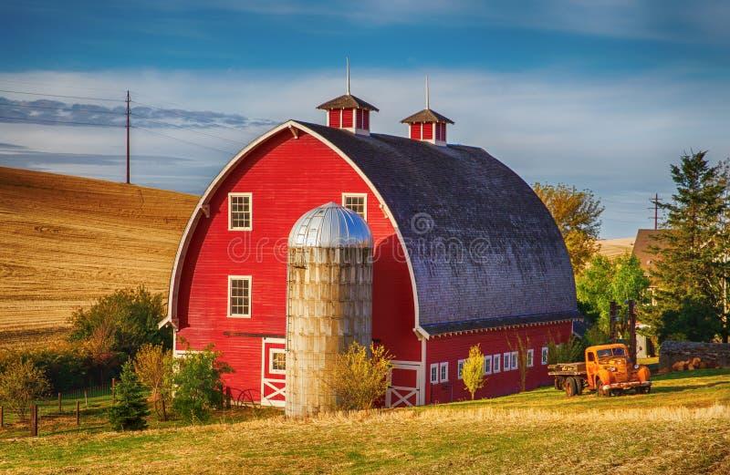 秋天的红色谷仓 库存图片