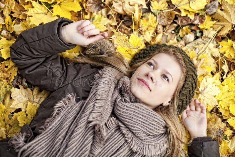 秋天秋天的美丽的女孩 免版税库存图片