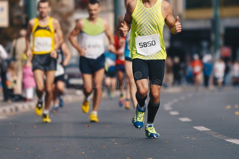 秋天秋天都市马拉松奔跑 小组活跃人民连续马拉松长跑在街市的城市 库存照片