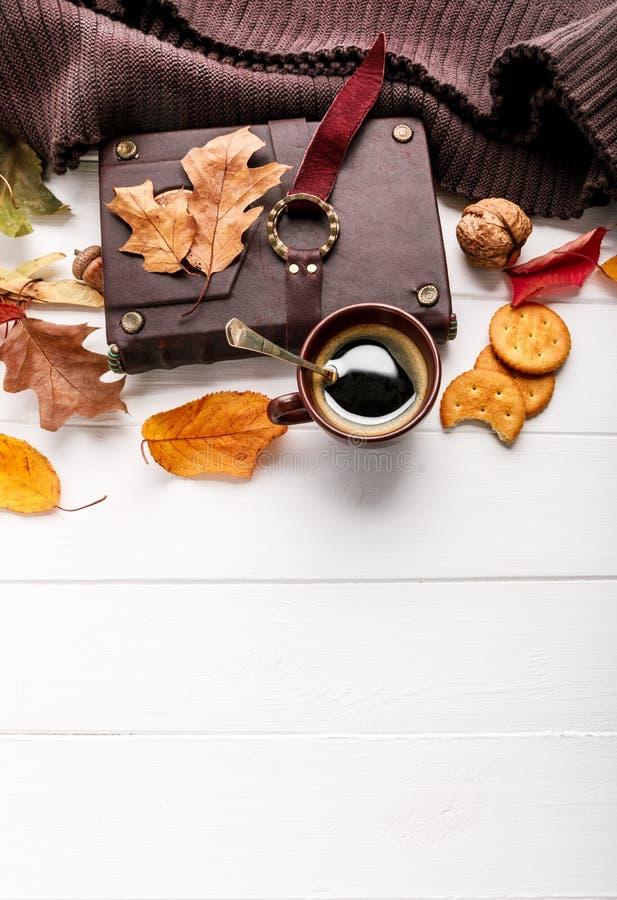 秋天秋天静物画杯子咖啡顶视图 免版税库存照片