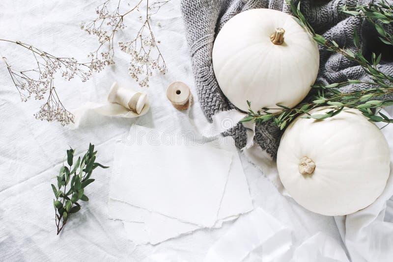 秋天称呼了照片 女性与空白的贺卡,玉树,丝带的婚礼桌面文具大模型场面 免版税库存照片