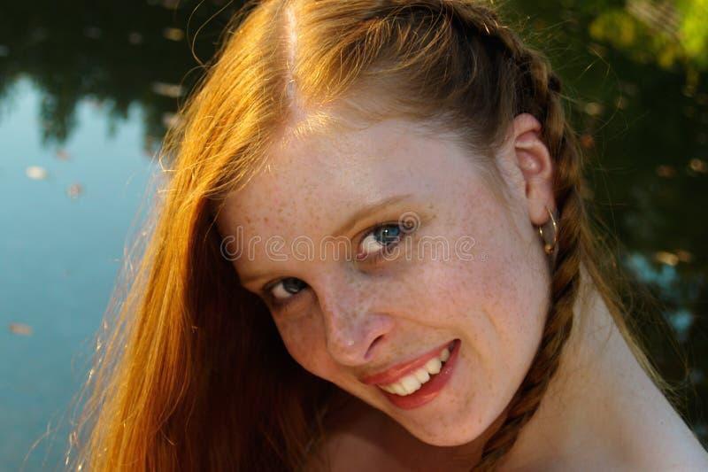 秋天红发女孩的纵向 免版税图库摄影