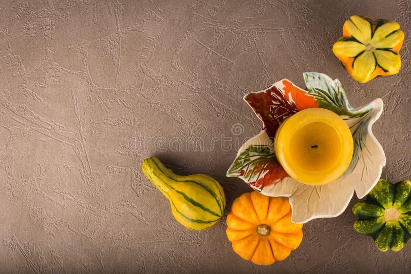 秋天结构的装饰南瓜和蜡烛 库存图片