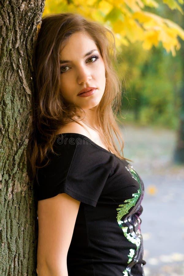 秋天美丽的公园妇女年轻人 图库摄影
