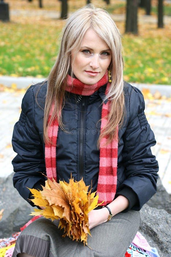 秋天美丽的公园妇女年轻人 免版税库存图片