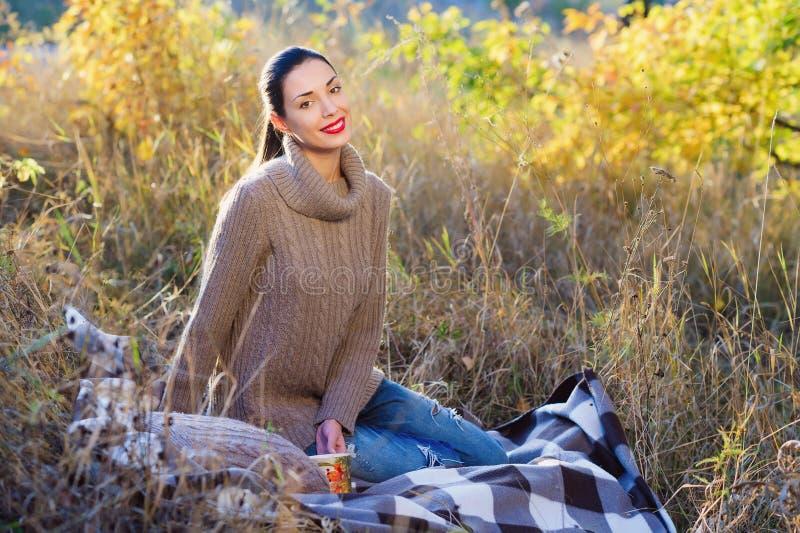 秋天美丽的森林妇女年轻人 图库摄影