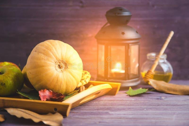 秋天背景特写镜头上色常春藤叶子橙红 南瓜在木背景留下格子花呢披肩苹果 图库摄影