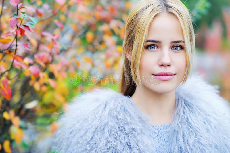 秋天背景的美丽的少妇 免版税库存照片