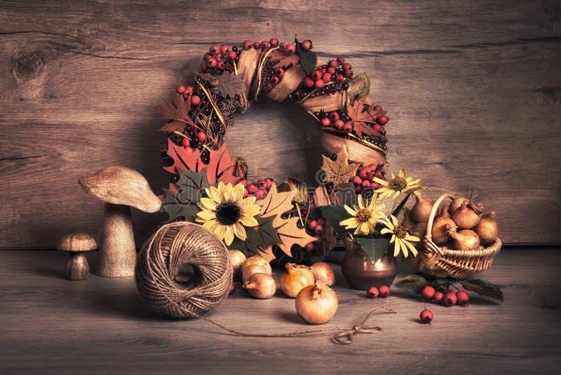 秋天花圈和静物画用蘑菇和葱 库存照片
