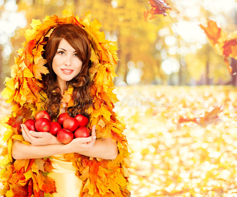 秋天苹果,时尚妇女果子秋天留下衣裳 免版税图库摄影