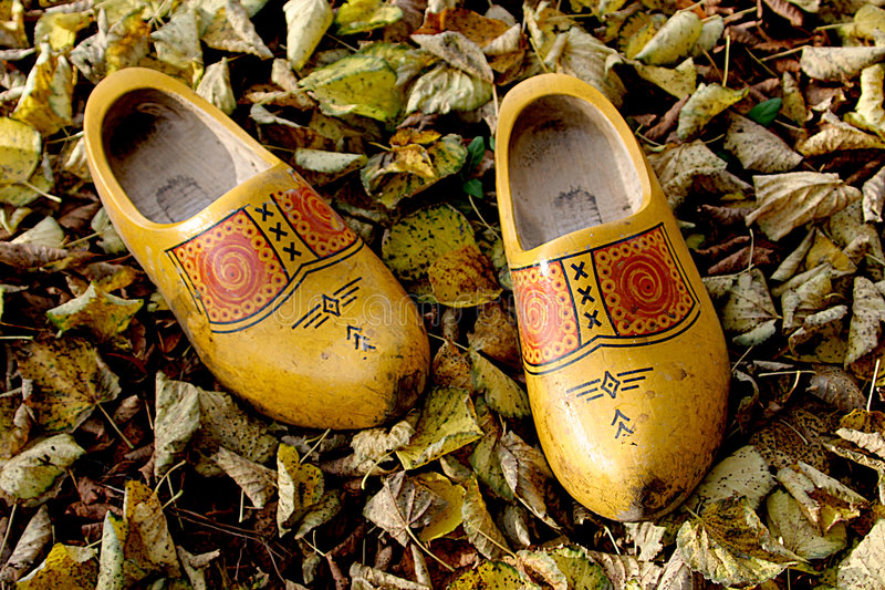 秋天荷兰语留下对鞋子木 免版税图库摄影