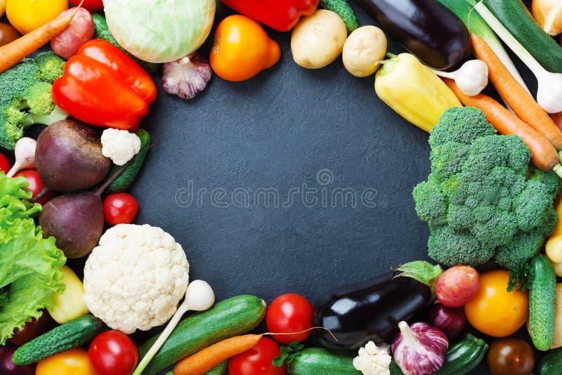 秋天菜和庄稼在黑厨房用桌顶视图与拷贝空间文本的 健康和有机食品背景 免版税库存图片