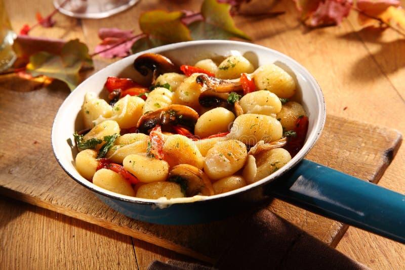 秋天蘑菇供食与意大利尼奥基 图库摄影