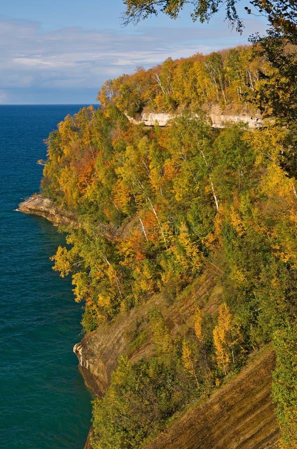 秋天被生动描述的岩石 免版税库存照片