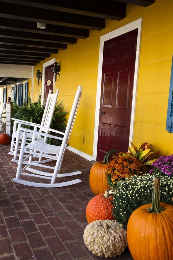 秋天装饰在弗吉尼亚用南瓜和摇椅 库存图片