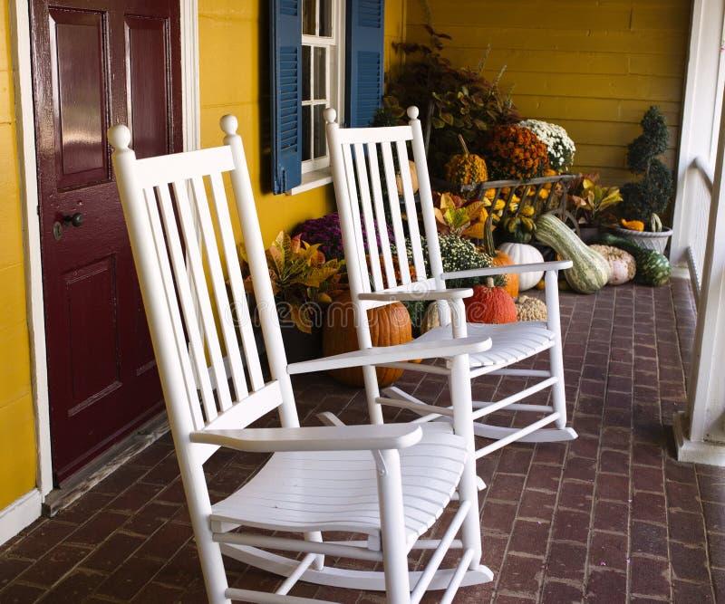 秋天装饰在弗吉尼亚用南瓜和震动的椅子正方形大小 免版税库存照片