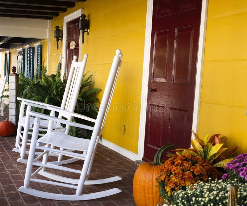 秋天装饰在弗吉尼亚用南瓜和震动的椅子正方形大小 图库摄影