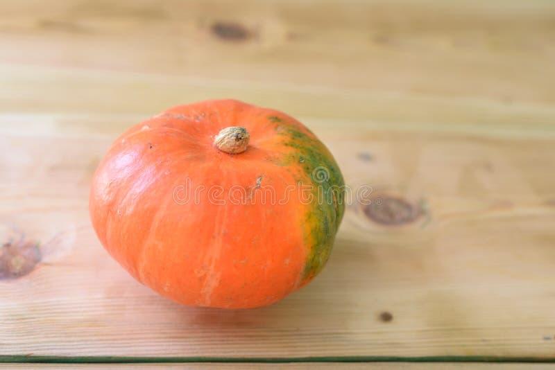 秋天装饰,在木桌上的南瓜 库存照片