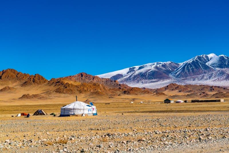 秋天观点的在干草原的蒙古语ger 图库摄影