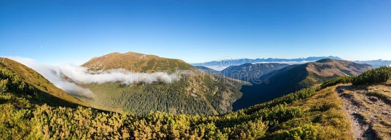 秋天谷和山全景射击在天空蔚蓝下 免版税库存照片