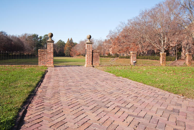 秋天走道的砖庭院 免版税库存图片