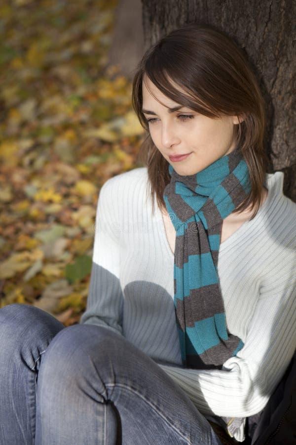 秋天附近的公园坐的结构树妇女 库存照片