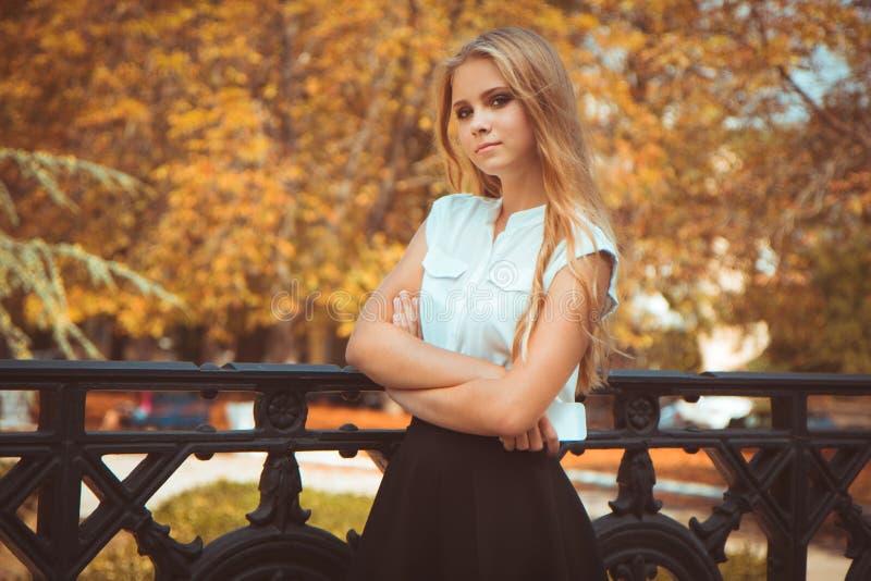 秋天青少年女孩的公园 免版税库存照片