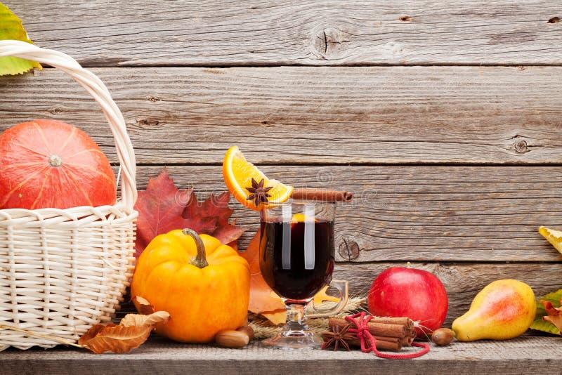 秋天静物画用加香料的热葡萄酒和南瓜 免版税库存照片