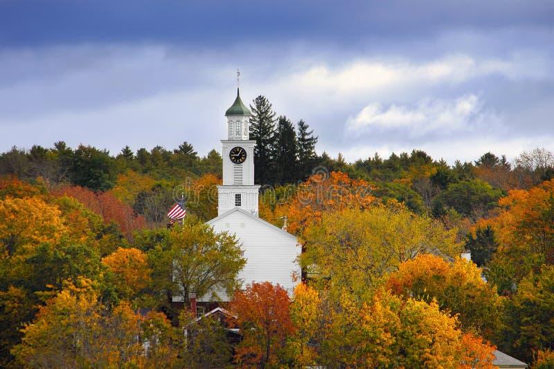 秋天颜色之前包围的教会 库存照片