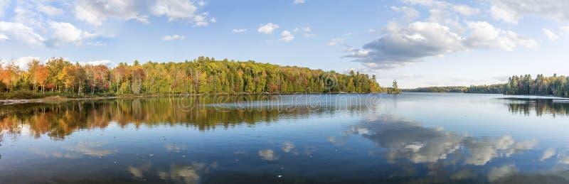 秋天颜色全景视图反射在湖的 免版税库存图片