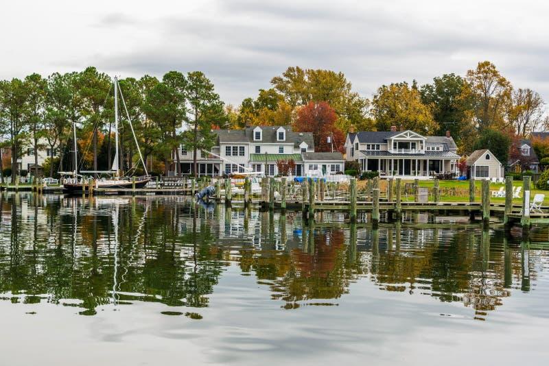 秋天颜色切塞皮克湾岸和港口圣的Michaels 免版税库存图片
