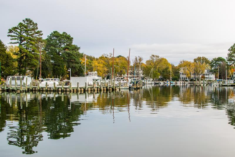 秋天颜色切塞皮克湾岸和港口圣的Michaels 库存图片