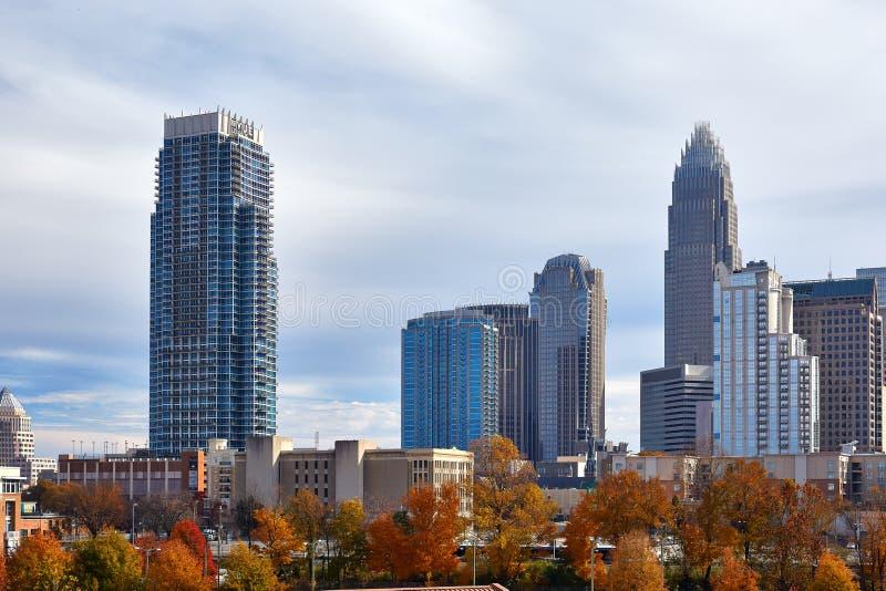 秋天颜色和摩天大楼在夏洛特,北卡罗来纳 库存照片