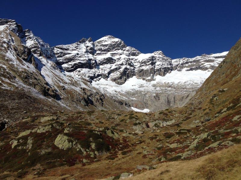 秋天颜色对比在瑞士。Breithorn 库存图片