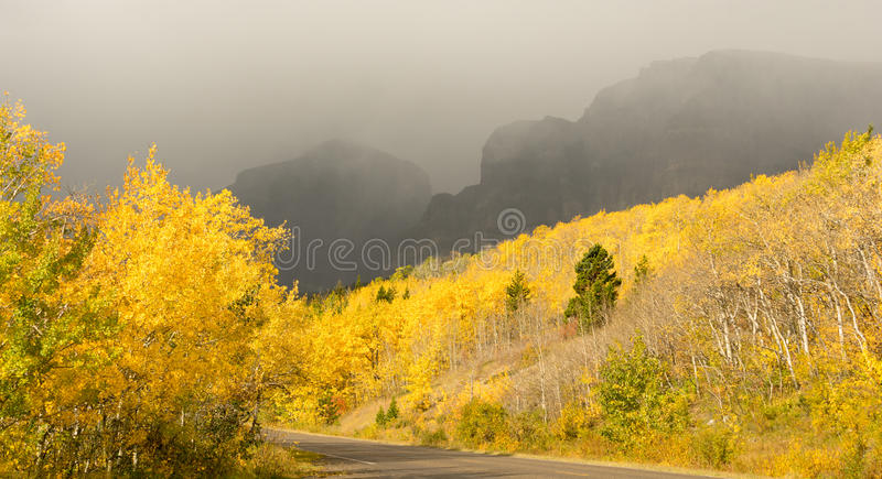 秋天颜色秋天叶子路线3 Altyn峰顶雷暴 免版税图库摄影