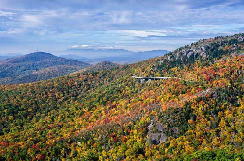 秋天颜色,蓝岭山行车通道,北卡罗来纳 免版税库存图片