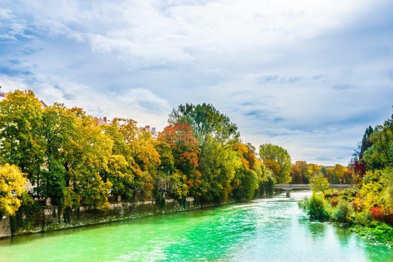 秋天风景和伊萨尔河河在慕尼黑-巴伐利亚 免版税库存照片