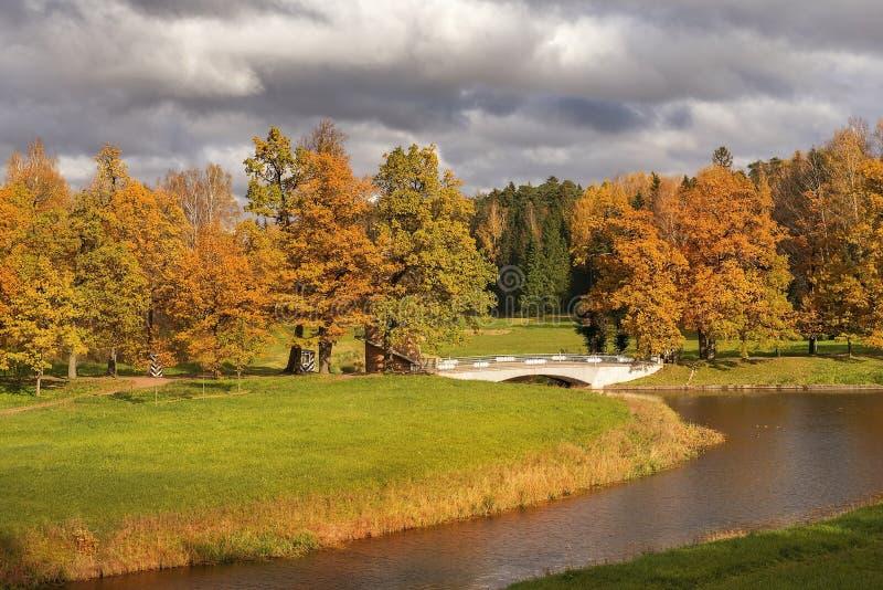 秋天风景在Pavlovsk公园,圣彼得堡 免版税图库摄影