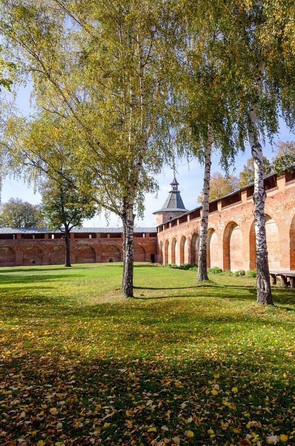 秋天风景在Zaraysk克里姆林宫一座长方形被加强的城堡,建造在盛大王子Vasili III的命令 免版税库存图片