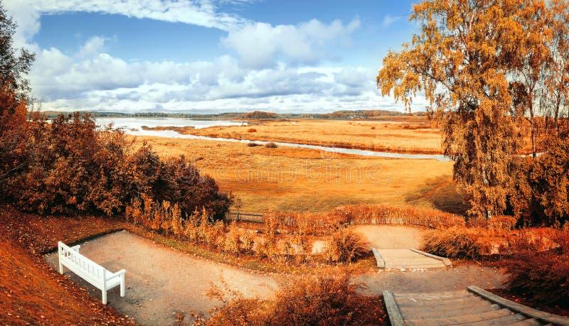 秋天风景有河和秋天树的秋天公园在多云秋天风化 库存照片