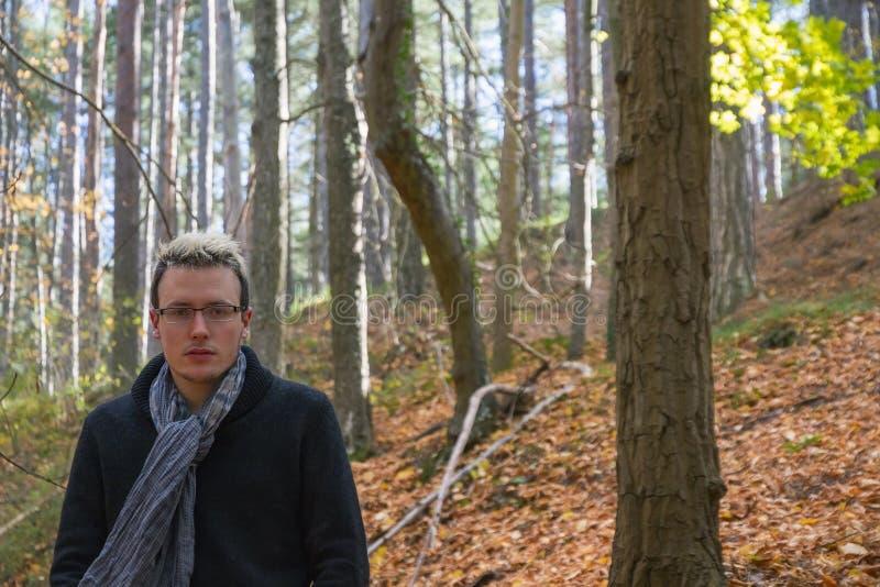 秋天风景的年轻人 免版税库存图片