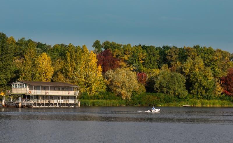 秋天风景-在水的老偏僻的房子 库存图片